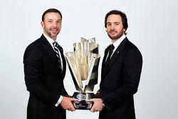 Jimmie Johnson, cinq fois champion, et Chad Knaus (directeur d'équipe) posent avec le trophée de la Sprint Cup