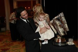 Jimmie Johnson, quintuple champion NASCAR Sprint Cup Series, sa fille Genevieve Marie et sa femme Chandra
