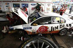 Team werkt aan wagen James Courtney, #18 Jim Beam Racing