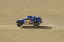 Volkswagen Motorsport: Carlos Sainz and Lucas Cruz Senra test the Volkswagen Race Touareg 3 in Marok