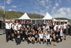 Andrea Bertolini et Michael Bartels, champions du monde 2010 FIA GT1, célèbrent leur victoire