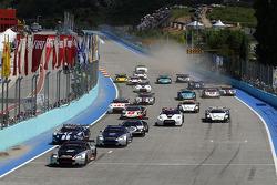 Départ : #9 Hexis AMR Aston Martin DB9: Frédéric Makowiecki et Yann Clairay mènent le peloton