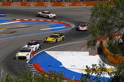 #4 Swiss Racing Team Nissan GT-R: Seiji Ara et Max Nilsson mènent un groupe de voitures