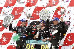 Podium du championnat : les champions du monde 2010 FIA GT1 Andrea Bertolini et Michael Bartels