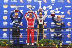Podium: Shane van Gisbergen, 3de voor SP Tools Racing, Lee Holdsworth 1ste voor Fujitsu Racing/Garry