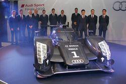 L'Audi R18 TDI 2011 avec Dr. Wolfgang Ullrich, Ralf Juttner et les pilotes d'usine Audi : Tom Kristensen, Rinaldo Capello, Allan McNish, André Lotterer, Marcel Fässler, Benoit Tréluyer, Mike Rockenfeller, Timo Bernhard et Romain Dumas