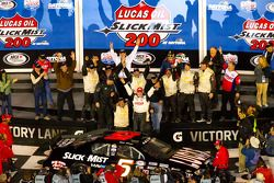 Victory lane: race winnaar Bobby Gerhart