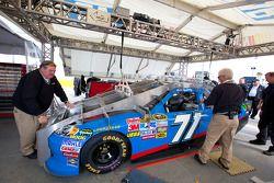 La voiture d'Andy Lally, TRG Motorsports Chevrolet à l'inspection technique