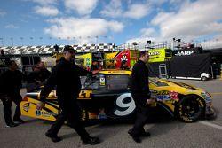 Wagen Marcos Ambrose, Petty Motorsport Ford naar technische inspectie