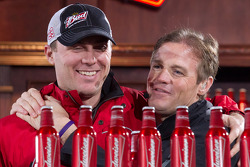 Kevin Harvick, Richard Childress Racing Chevrolet en Kenny Wallace