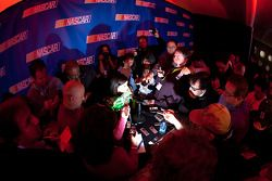 NASCAR Nationwide Series rijder Danica Patrick met de media