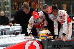 Фриц Юуссен, генеральный директор Vodafone в Германии, Льюис Хэмилтон, McLaren Mercedes, Мартин Уитм