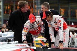 Фриц Юуссен, генеральный директор Vodafone в Германии, Льюис Хэмилтон, McLaren Mercedes, Мартин Уитмарш, исполнительный директор McLaren, Дженсон Баттон, McLaren Mercedes