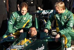 Jarno Trulli, Team Lotus; Tony Fernandes, Lotus-Teamchef; Heikki Kovalainen, Team Lotus