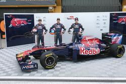 Sebastien Buemi, Scuderia Toro Rosso; Testfahrer Daniel Ricciardo, Scuderia Toro Rosso; Jaime Alguer