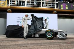 Nico Rosberg, Mercedes GP F1 Team; Michael Schumacher, Mercedes GP F1 Team, enthüllen den neuen Mer