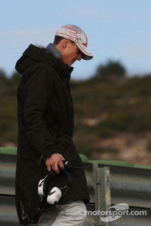Michael Schumacher, Mercedes GP F1 Team observe les voitures