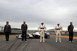 Monisha Kaltenborn, dirigeante Sauber F1 Team ; Peter Sauber, directeur d'équipe Sauber F1 Team ; Sergio Perez, Sauber F1 Team ; Kamui Kobayashi, Sauber F1 Team; James Key,directeur technique Sauber F1 Team- Lancement de la Sauber F1 Team C30
