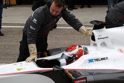 Premier relais de la C30 avec Kamui Kobayashi, Sauber F1 Team ; les mécaniciens portent des gants pour se protéger du KERS