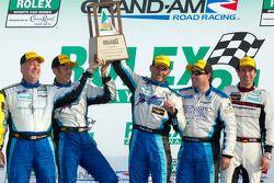 Podium GT : vainqueurs de leur catégorie #67 TRG Porsche GT3, Steven Bertheau, Brendan Gaughan, Wol