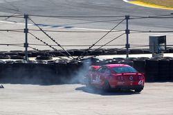#61 Roush Performance Mustang Boss 302R: Billy Johnson, Jack Roush Jr. A un accident