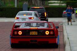 Une Ferrari F40 réussit enfin à rejoindre la rue