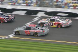 Dale Earnhardt Jr., Hendrick Motorsports Chevrolet et Brian Vickers, Red Bull Racing Team Toyota