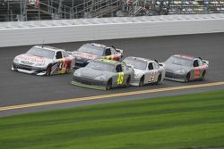Brian Vickers, Red Bull Racing Team Toyota et Jimmie Johnson, Hendrick Motorsports Chevrolet lead a group of cars