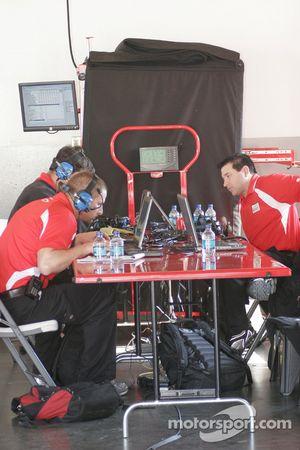 Des membres du Earnhardt Ganassi Racing Chevrolet en plein travail