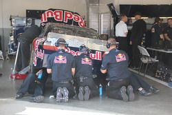 Les membres de la Red Bull Racing Team Toyota au travail
