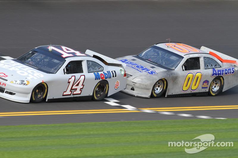 Tony Stewart, Stewart-Haas Racing Chevrolet et David Reutimann, Michael Waltrip Racing Toyota