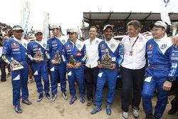 Les vainqueurs pour la catégorie voitures Nasser Al Attiyah et Timo Gottschalk célèbrent leur performance avec Kris Nissen, Carlos Sainz, Lucas Cruz Senra, Giniel De Villiers et Dirk Von Zitzewitz