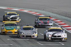 La #76 Need for Speed Schubert BMW Z4 GT3: Augusto Farfus, Edward Sandström, Tom Milner, Claudia Hürtgen franchit le drapeau à damier