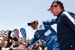 Le vainqueur de la catégorie voitures, Nasser Al Attiyah célèbre sa performance avec Kris Nissen