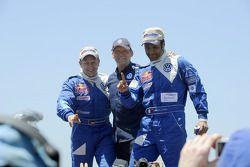 Les vainqueurs pour la catégorie voitures Nasser Al Attiyah et Timo Gottschalk célèbrent leur performance avec Kris Nissen