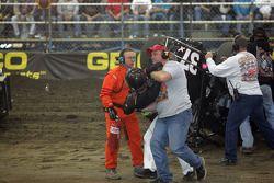 Seth Motsinger est ramené du carnage par le commissaire de piste Todd Hannon