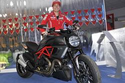 Nicky Hayden, de Ducati con la Ducati Diavel Carbon