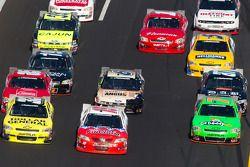 Reed Sorenson, Turner Motorsport Chevrolet, Todd Bodine, Germain Racing Toyota et Danica Patrick, JR Motorsport Chevrolet, à trois de front