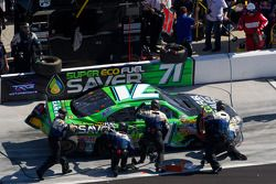 Andy Lally, TRG Motorsports Chevrolet, rentre aux stands avec des dégâts