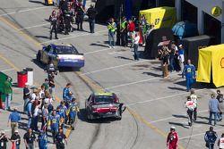 Joe Nemechek, NEMCO Motorsports Toyota et Jeff Gordon, Hendrick Motorsports Chevrolet se dirigent ve