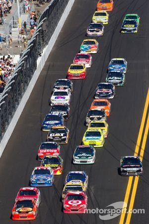 Herstart: Jamie McMurray, Earnhardt Ganassi Racing Chevrolet en Juan Pablo Montoya, Earnhardt Ganass