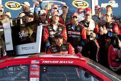 Victory lane: race winnaar Trevor Bayne, Wood Brothers Racing Ford