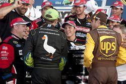 Victory lane: race winnaar Trevor Bayne, Wood Brothers Racing Ford viert met David Ragan, Roush Fenw