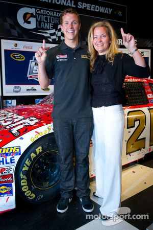 Champion's breakfast: 2011 Daytona 500 winnaar Trevor Bayne, Wood Brothers Racing Ford