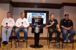 Champion's breakfast: 2011 Daytona 500 winnaar Trevor Bayne, Wood Brothers Racing Ford met Donnie Wi