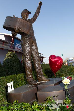 Monument dédié à Dale Earnhardt devant le Daytona 500 Experience