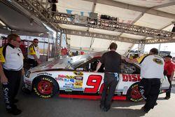 La voiture de Brian Keselowski, Keselowski Dodge, à l'inspection technique