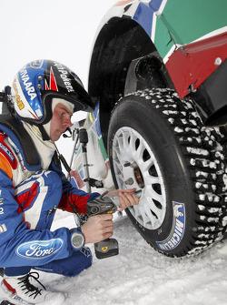Miikka Anttila pratique des changements de roue rapides