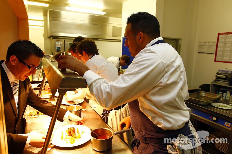 Michael Caines y el equipo de chef en la cocina preparando el almuerzo