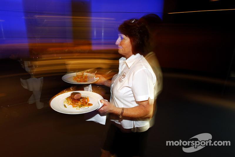 El personal de catering de Williams saca la comida estrella Michelin